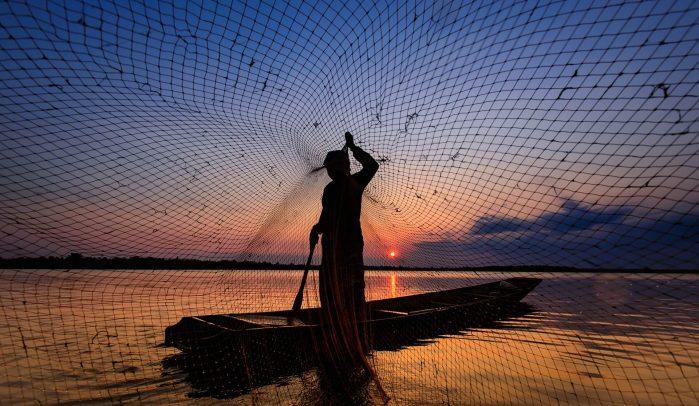 Lake-fisherman-casting-net