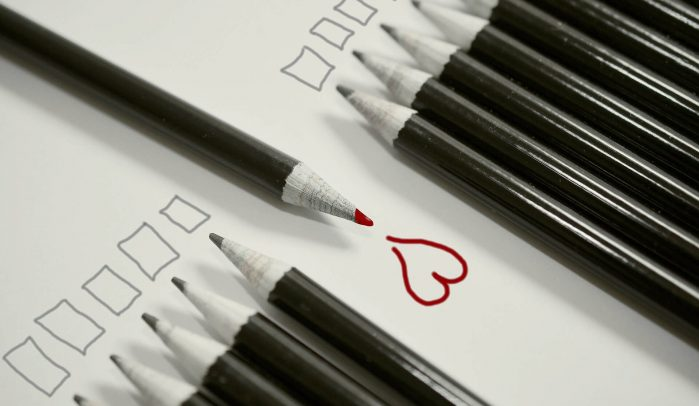 Row-of-uniform-black-pencils-with-one-facing-the-opposite-direction