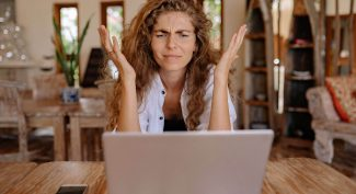 Woman-at-laptop-looking-confused