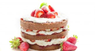 Chocolate-cake-filled-with-strawberries-and-cream